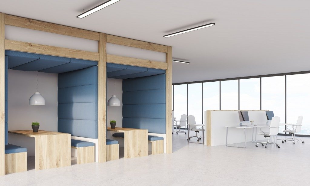 office space with collaboration ares on the left and open desk at the right side